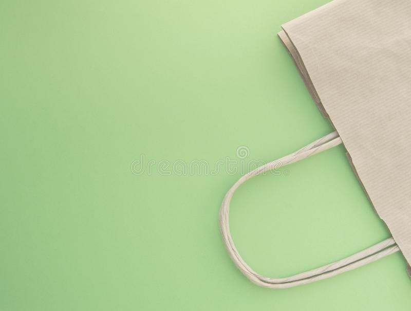 Conceito do desperd?cio zero, saco de papel reus?vel para a compra, pl?stico livre, fundo verde, vista superior imagens de stock