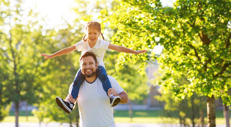 Conceito do dia de pai! paizinho da família e filha felizes da criança na natureza fotos de stock royalty free