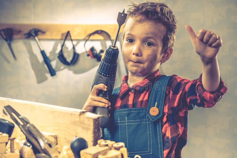 Conceito do dia de pais da criança, ferramenta do carpinteiro, casa feito a mão imagem de stock