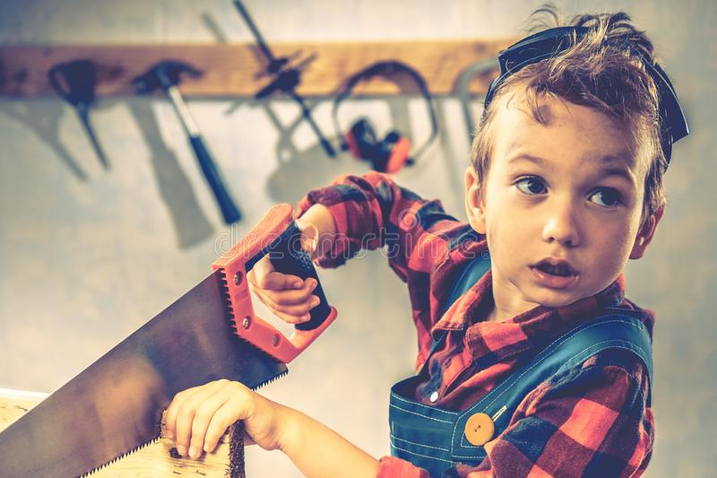 Conceito do dia de pais da criança, ferramenta do carpinteiro, criança do menino imagens de stock