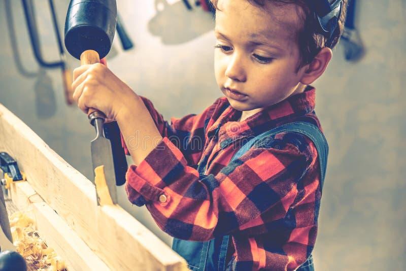 Conceito do dia de pais da criança, ferramenta do carpinteiro, menino pouco imagens de stock royalty free