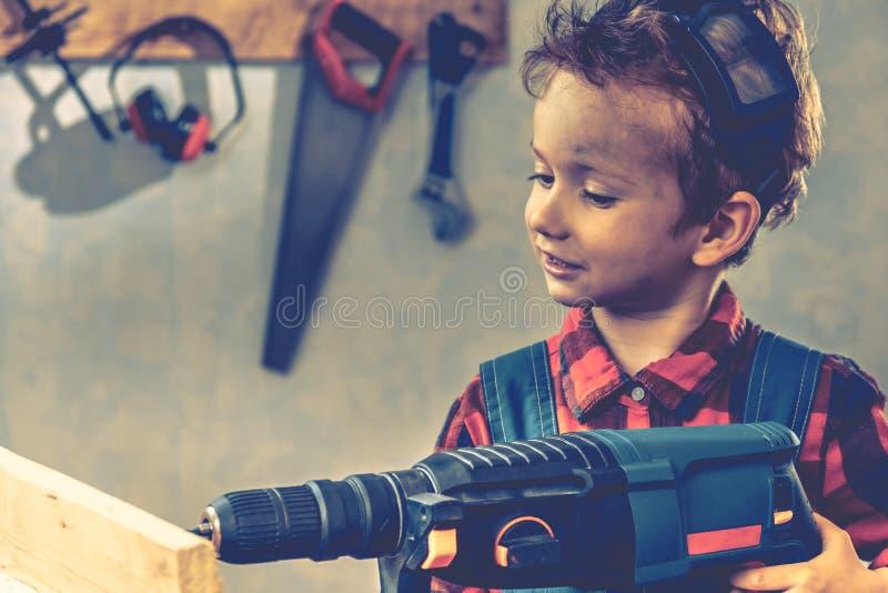 Conceito do dia de pais da criança, ferramenta do carpinteiro, ofício do menino fotografia de stock