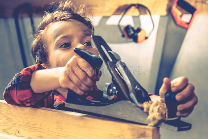 Conceito do dia de pais da criança, ferramenta do carpinteiro, oficina imagem de stock