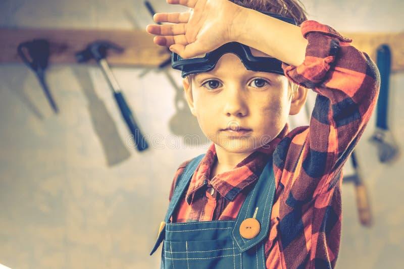 Conceito do dia de pais da criança, ferramenta do carpinteiro, pessoa pouco fotos de stock