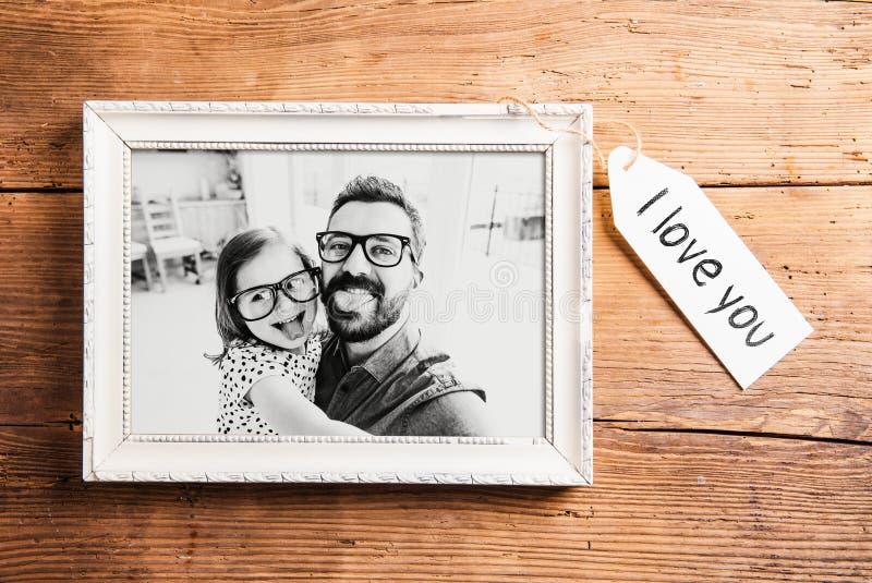 Conceito do dia de pais Moldura para retrato Fundo de madeira fotos de stock royalty free
