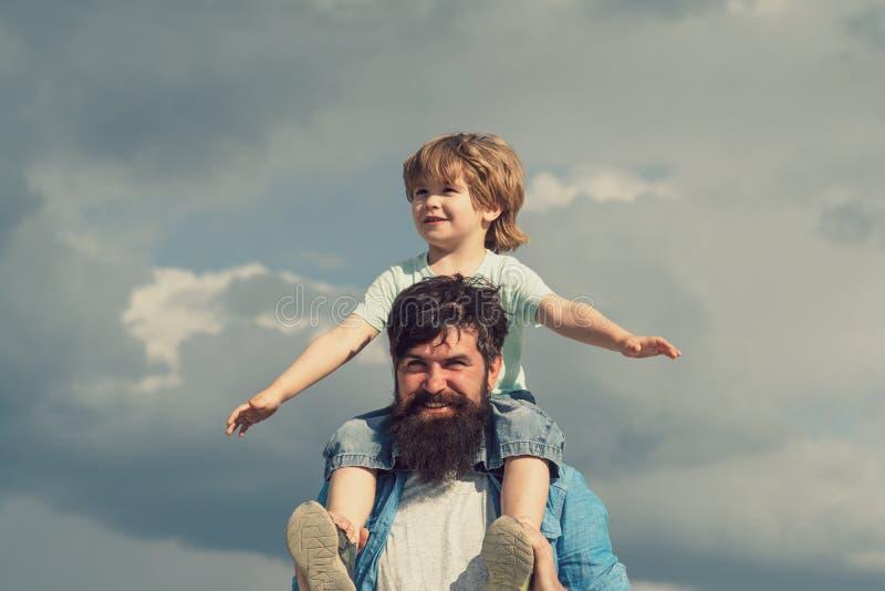 Conceito do dia de pais Pai e filho junto Menino bonito com o jogo do paizinho exterior aprec?e Inf?ncia Pai que dá o filho imagens de stock royalty free