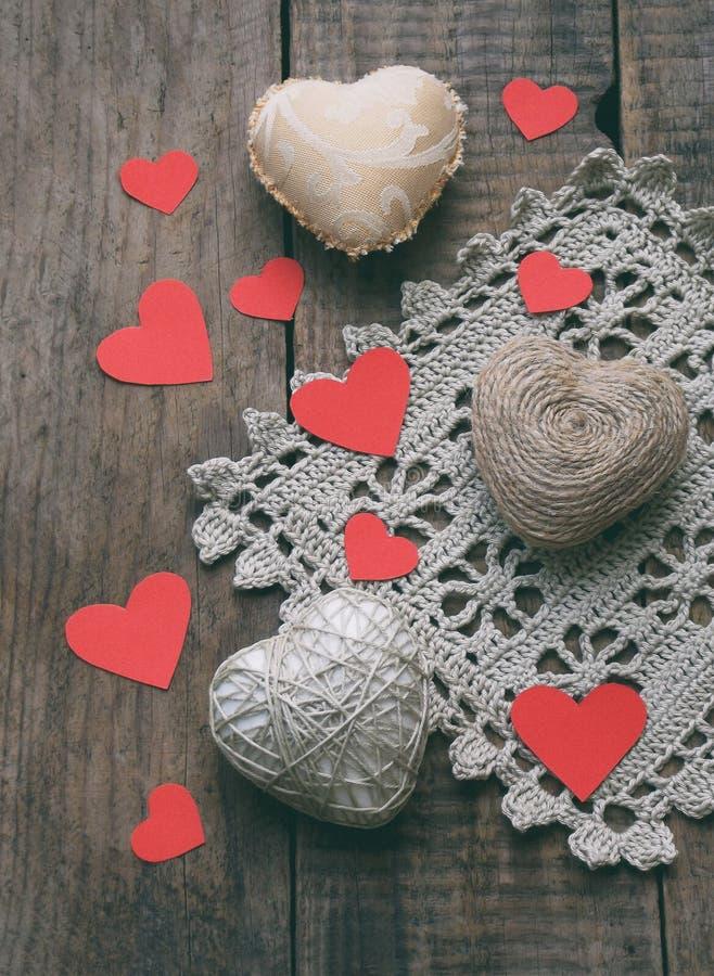 Conceito do dia do ` s do Valentim Composição de corações feitos a mão coloridos needlework fotos de stock royalty free