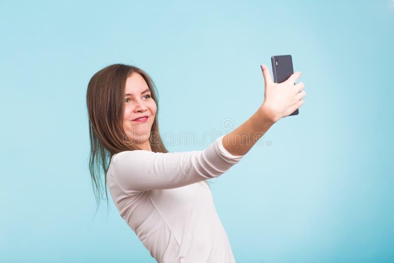 Conceito do dia dos enganados - a mulher louca do tolo faz o selfie Expressão feliz fotos de stock