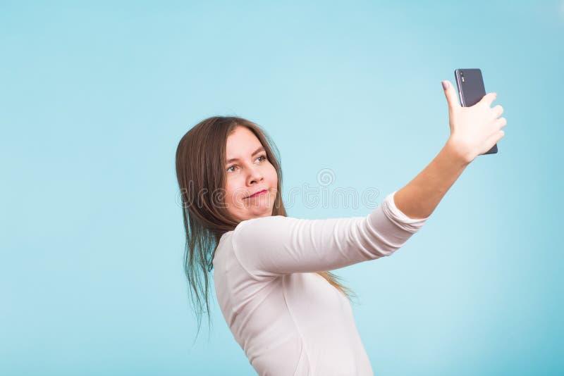 Conceito do dia dos enganados - a mulher louca do tolo faz o selfie Expressão feliz foto de stock royalty free
