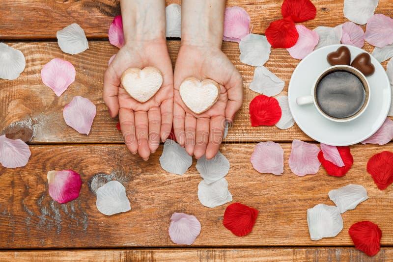 Conceito do dia dos Valentim Mãos fêmeas com corações imagens de stock royalty free