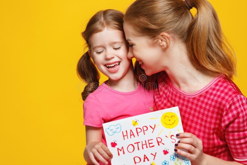 Conceito do dia do ` s da mãe menina da mamã e da criança com o cartão no colo fotografia de stock royalty free