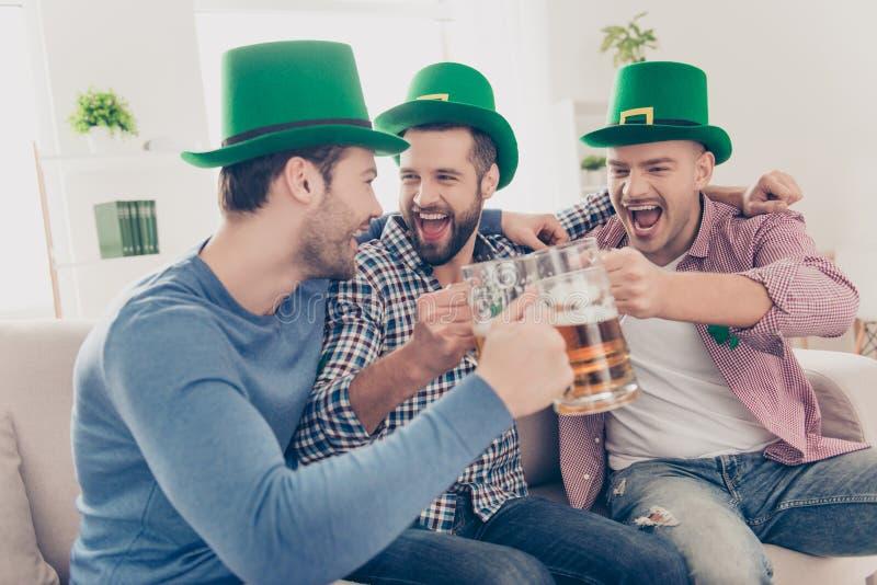 Conceito do dia do ` s de St Patrick Rindo, amigo alegre com cerveja fotos de stock