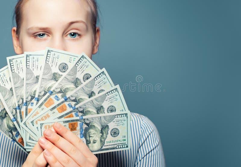 Conceito do dinheiro Cédula dos dólares americanos nas mãos fêmeas fotos de stock royalty free