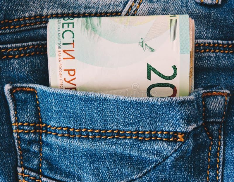 Conceito do dinheiro da economia Frascos de vidro com d?lares e texto: CURSO Moedas no frasco de vidro para o dinheiro que salvar fotografia de stock royalty free