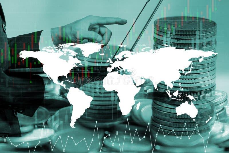 Conceito do dinheiro da economia, mão masculina que põe o crescimento da pilha da moeda do dinheiro fotografia de stock royalty free