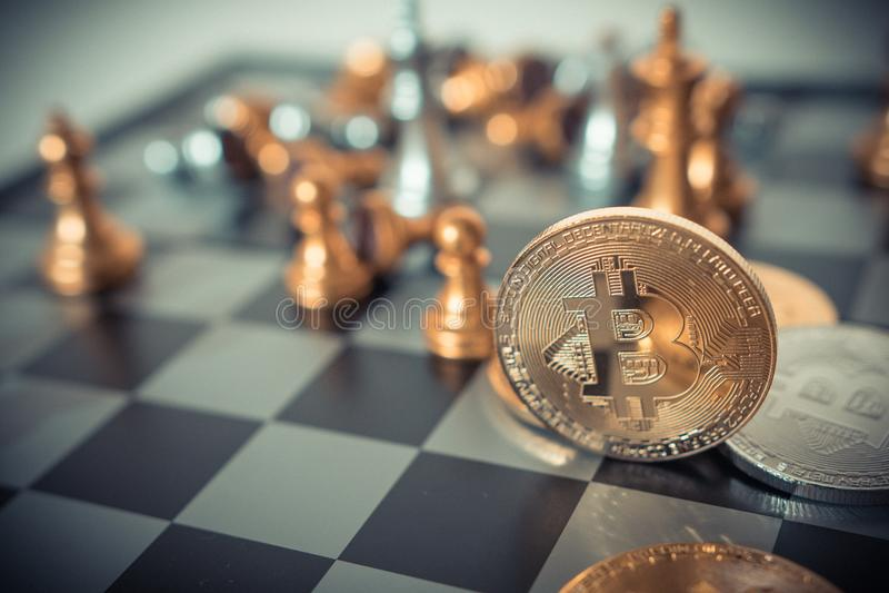 Conceito do dinheiro de Digitas Bitcoin no jogo de mesa da xadrez de ideias do negócio fotografia de stock royalty free
