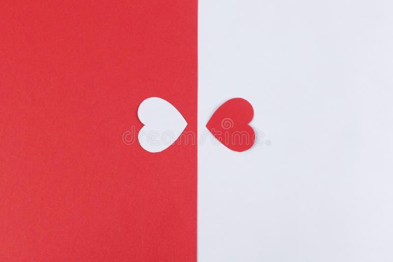 Conceito do divórcio e do amor Dois corações divididos a uns outros lados imagens de stock