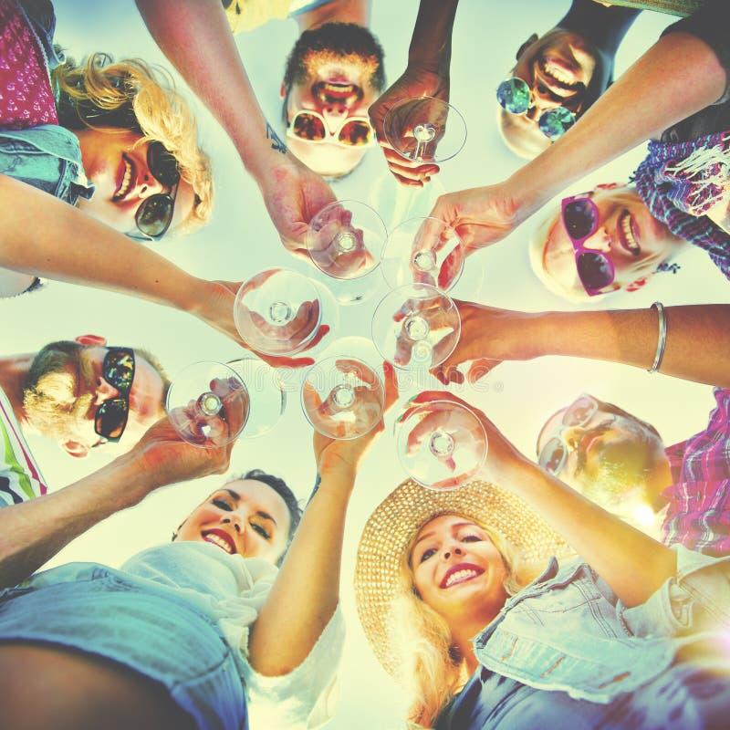Conceito do divertimento do verão da amizade da celebração dos elogios da praia imagens de stock