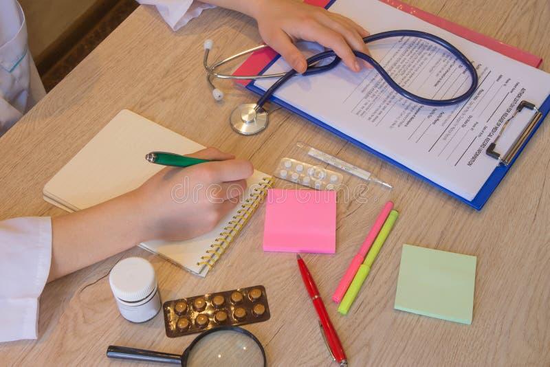 Conceito do doutor Médico que trabalha com papel na sala do escritório do hospital foto de stock
