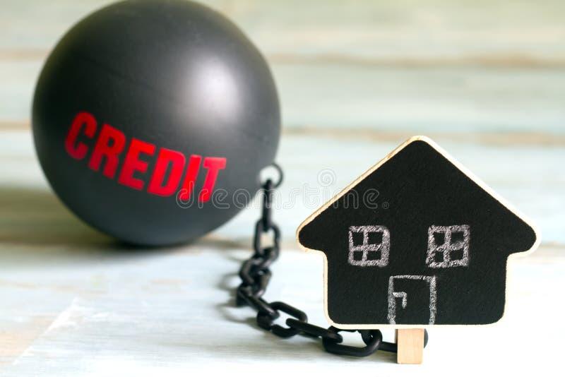 Conceito do empréstimo do alojamento do escravo com símbolo da bola e da casa do ferro do crédito fotografia de stock royalty free