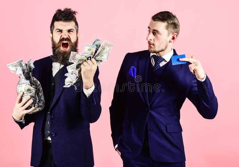 Conceito do empréstimo e da operação bancária O homem maduro na cara da gritaria obteve o empréstimo, indivíduo moderno guarda o  imagens de stock