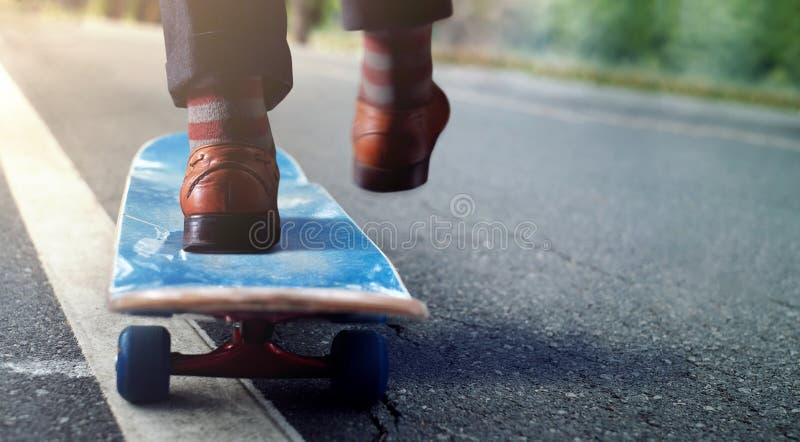 Conceito do equilíbrio da vida do trabalho Baixa seção do homem de negócios Balancing fotografia de stock