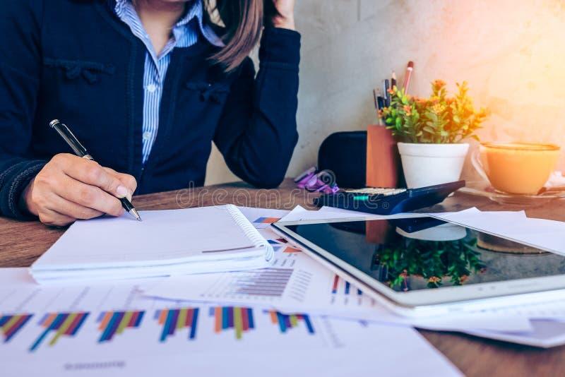 Conceito do escritório, do negócio, da tecnologia e do Internet - businesswoma foto de stock