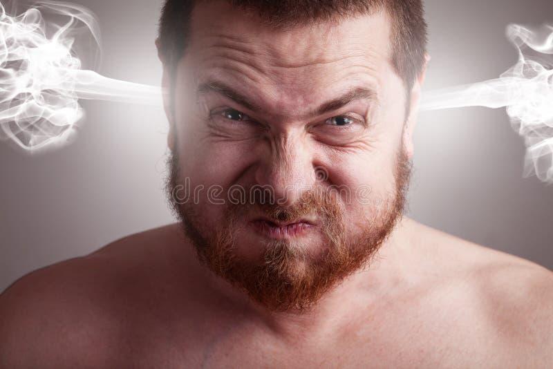 Conceito do esforço - homem irritado com cabeça de explosão fotografia de stock