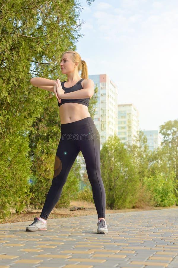 Conceito do esporte e do estilo de vida - mulher que faz esportes fora imagem de stock