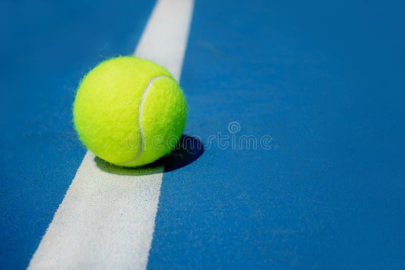 Conceito do esporte do ver?o com a bola de t?nis na linha branca no campo de t?nis duro fotografia de stock royalty free