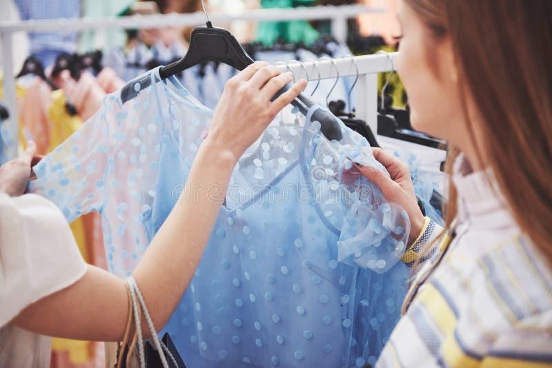 Conceito do estilo da loja da forma do vestido do traje da loja de roupa Compra com bestie fotos de stock
