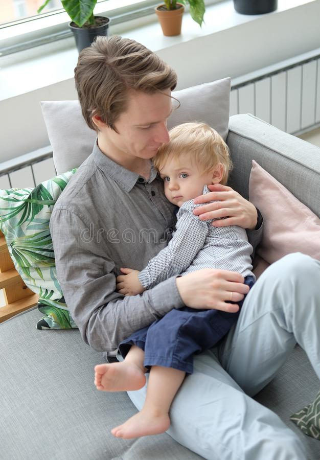 Conceito do estilo de vida, da fam?lia e dos povos - pai novo feliz com seu filho de um ano que joga em casa fotos de stock