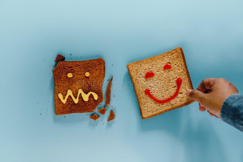 Conceito do estilo de vida da felicidade Configuração lisa do pão brindado cortado A pessoa escolheu uma parte bem cozido com car foto de stock
