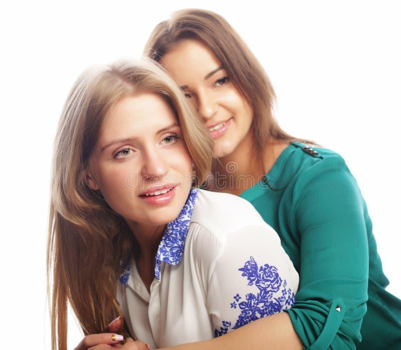 Conceito do estilo de vida, da felicidade, o emocional e dos povos: duas meninas do moderno da beleza, tiro do estúdio imagem de stock royalty free