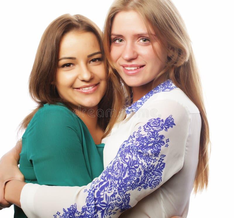Conceito do estilo de vida, da felicidade, o emocional e dos povos: duas meninas do moderno da beleza, tiro do estúdio fotos de stock royalty free