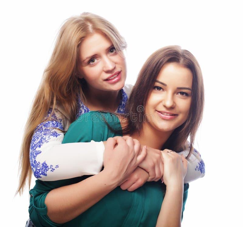 Conceito do estilo de vida, da felicidade, o emocional e dos povos: duas meninas do moderno da beleza, tiro do estúdio fotografia de stock royalty free