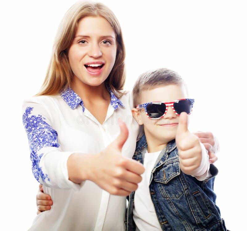 Conceito do estilo de vida, da felicidade, o emocional e dos povos: irmã da American National Standard do irmão, infância feliz,  foto de stock