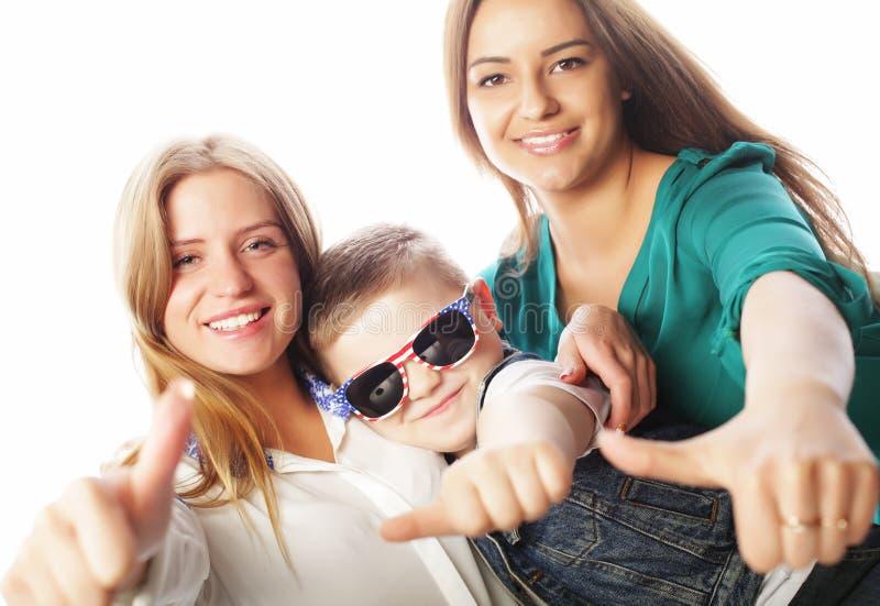 Conceito do estilo de vida, da felicidade, o emocional e dos povos: irmão e duas irmãs que mostram está bem foto de stock royalty free