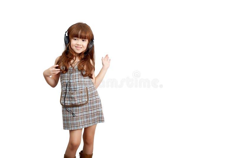 Conceito do estilo de vida da paixão da música: Menina bonito feliz no fones de ouvido imagens de stock