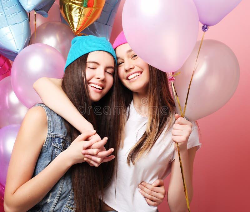 Conceito do estilo de vida, dos amigos e dos povos: melhor amigo das meninas do moderno fotos de stock