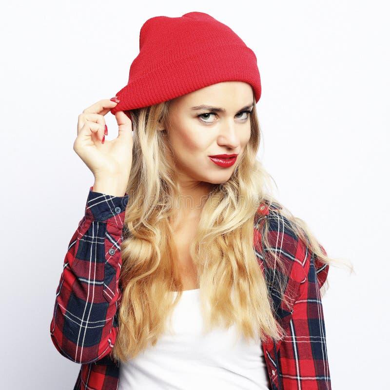 Conceito do estilo de vida a mulher loura do moderno com 'sexy' brilhante compõe a camisa de manta urbana à moda vestindo e o cha fotos de stock royalty free