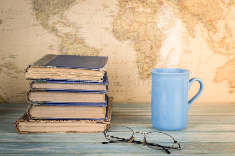 Conceito do estudo e do curso Pilha de livros velhos e de um copo do Dr. quente fotos de stock