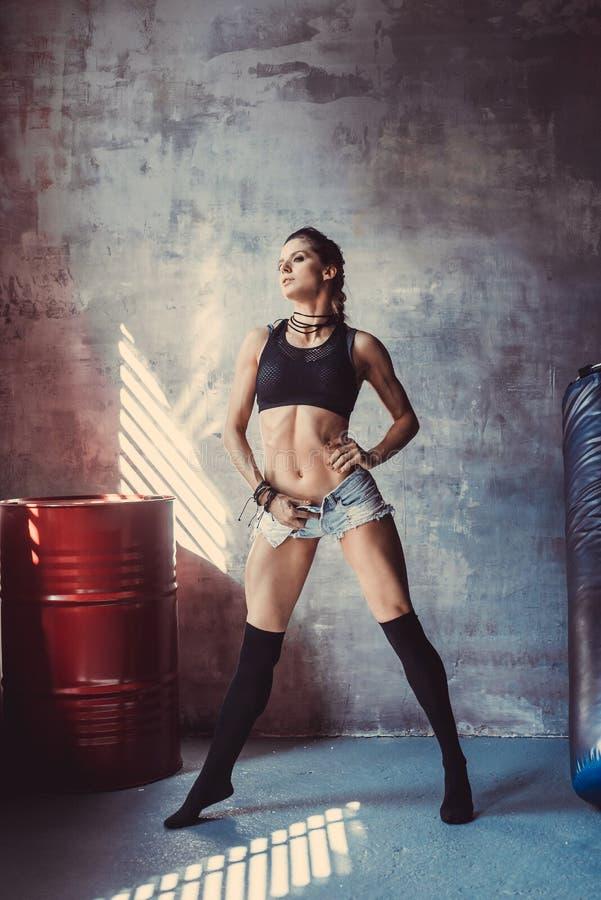 Conceito do exercício do treinamento da força da aptidão - menina 'sexy' do esporte do halterofilista muscular que faz exercícios imagens de stock royalty free