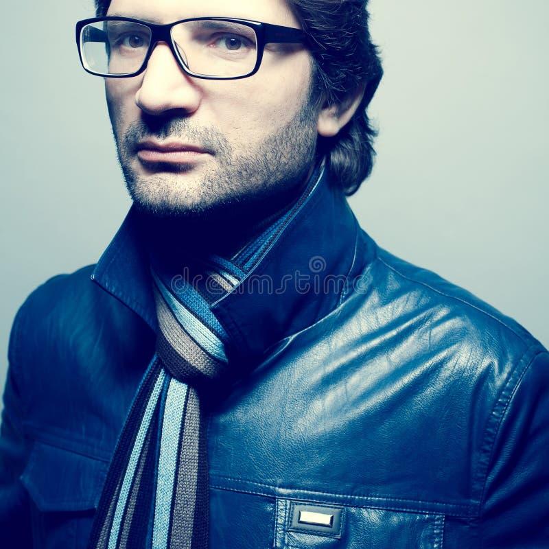 Conceito do Eyewear Homem maduro considerável no eyewear luxuoso fotos de stock