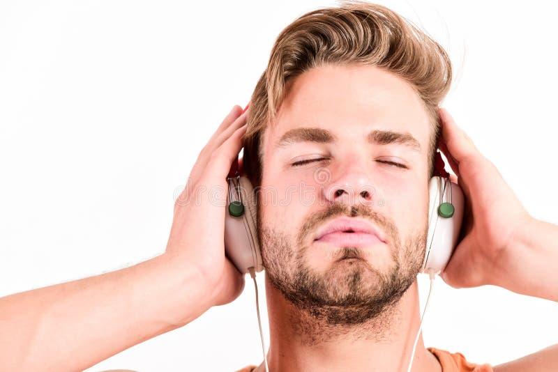 Conceito do fan de m?sica É grande hora de criar realidades novas Fones de ouvido de escuta da música do indivíduo farpado consid imagens de stock royalty free