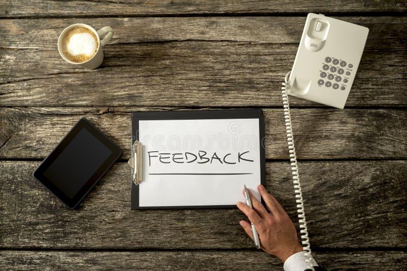 Conceito do feedback em uma prancheta sobre uma tabela foto de stock royalty free