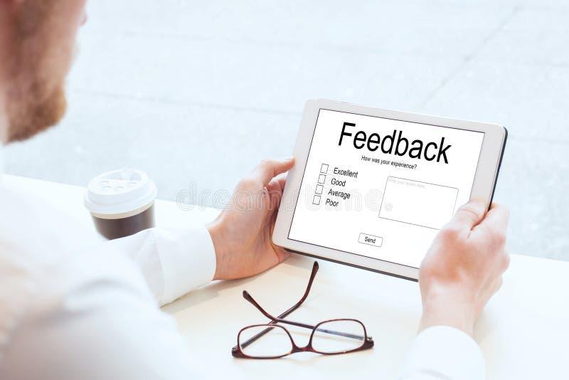 Conceito do feedback, escrevendo a revisão em linha fotos de stock