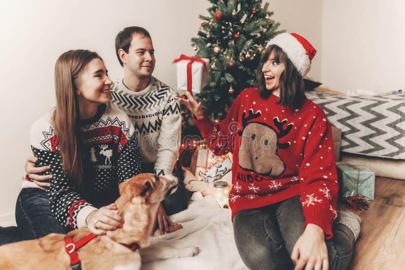 Conceito do Feliz Natal e do ano novo feliz fami à moda do moderno foto de stock