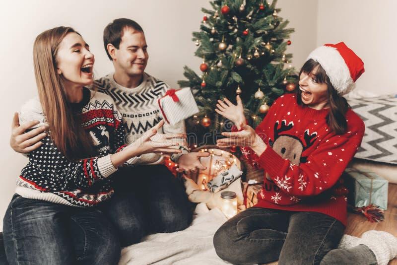 Conceito do Feliz Natal e do ano novo feliz fami à moda do moderno imagem de stock royalty free