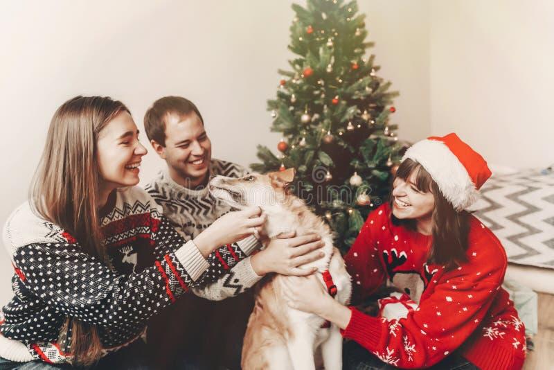 Conceito do Feliz Natal e do ano novo feliz fami à moda do moderno imagem de stock